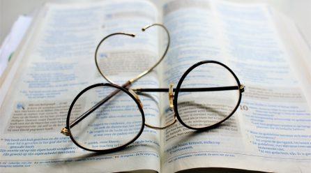 Peste 99% din populația cu vârste cuprinse între 43 și 50 de ani au nevoie de ochelari de citit